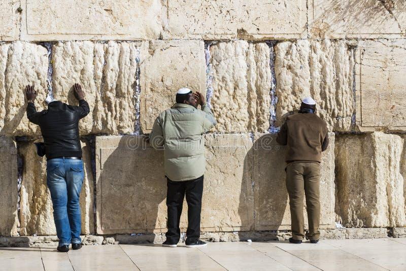 Pilger beten an der Wand des Weinens der heiligen St?tte von den j?dischen Leuten und der Mitte von Anbetung von Christen um stockfotos