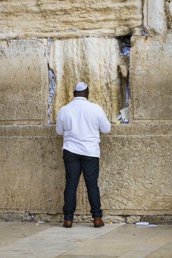 Pilger beten an der Wand des Weinens der heiligen St?tte von den j?dischen Leuten und der Mitte von Anbetung von Christen um lizenzfreie stockfotografie