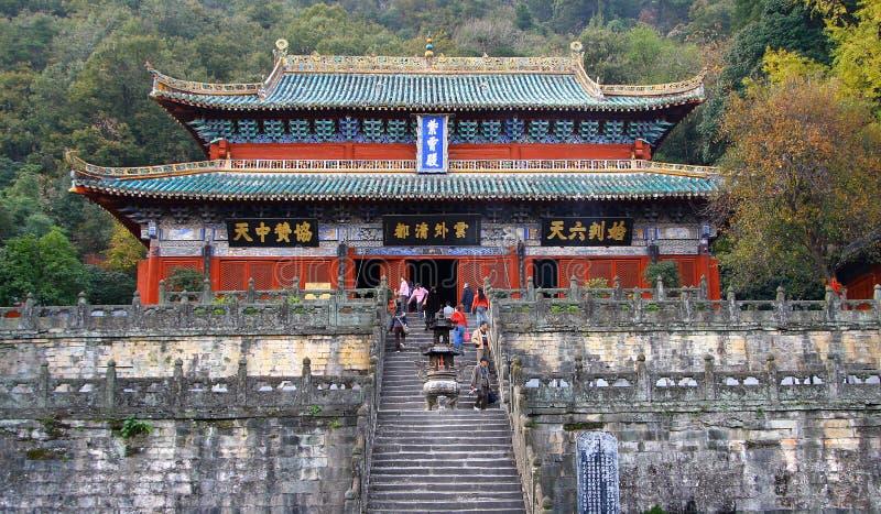 Pilger am Eingang zum purpurroten Wolken-Palast - alter Tempel ist eine Mitte der Taoist-Vereinigung Wudang-Berges stockbilder
