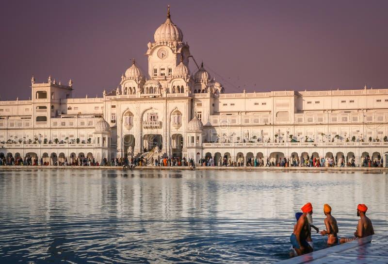 Pilger am goldenen Tempel in Indien