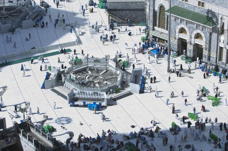 Pilger im Al--Masjidal-c$haram um Al-Kaaba stockfoto