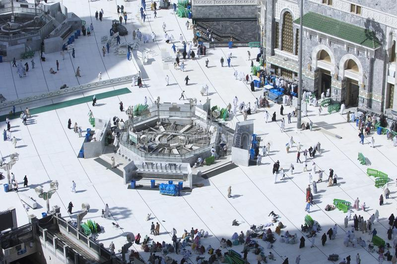 Pilger im Al--Masjidal-c$haram um Al-Kaaba lizenzfreie stockfotografie