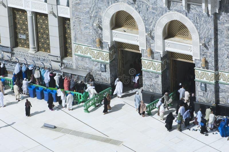 Pilger am Tor von Al Haram von Al Kaaba im Mekka lizenzfreie stockfotos