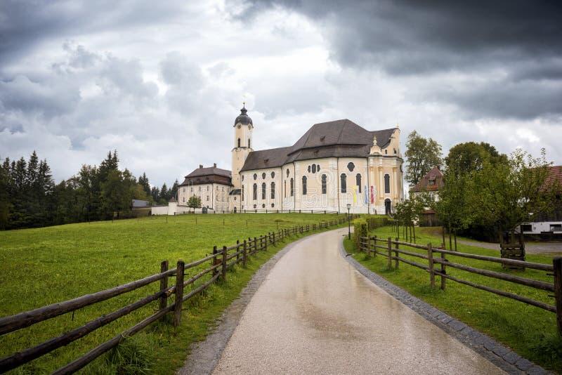 Pilgerfahrt-Kirche von Wies, an einem regnerischen Tag - Wieskirche bei Steingaden auf der romantischen Straße im Bayern, Deutsch stockbild