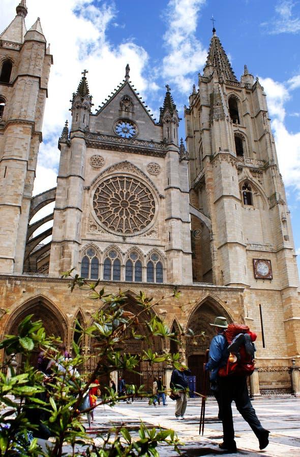 Pilgrim som ankommer på domkyrkan av Leà ³ n, Spanien royaltyfri fotografi