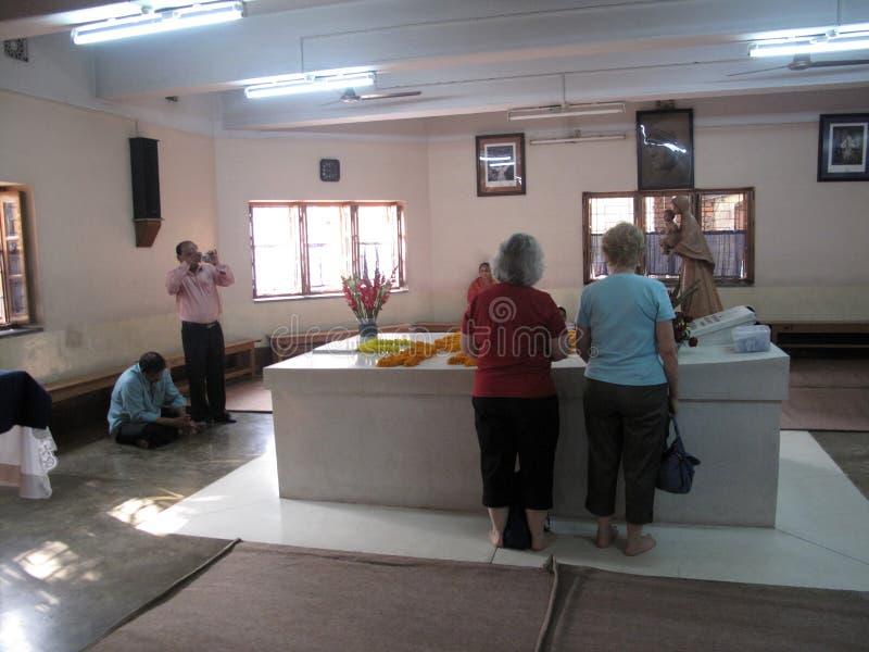 Pilgrims ber bredvid gravvalvet av Mother Teresa i Kolkata fotografering för bildbyråer