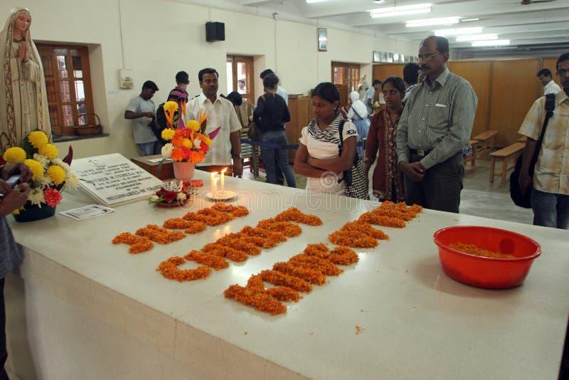 Pilgrims ber bredvid gravvalvet av Mother Teresa i Kolkata royaltyfria foton
