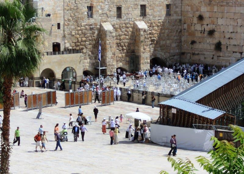 Pilgrims ber på den att jämra sig väggen i Jerusalem arkivfoto