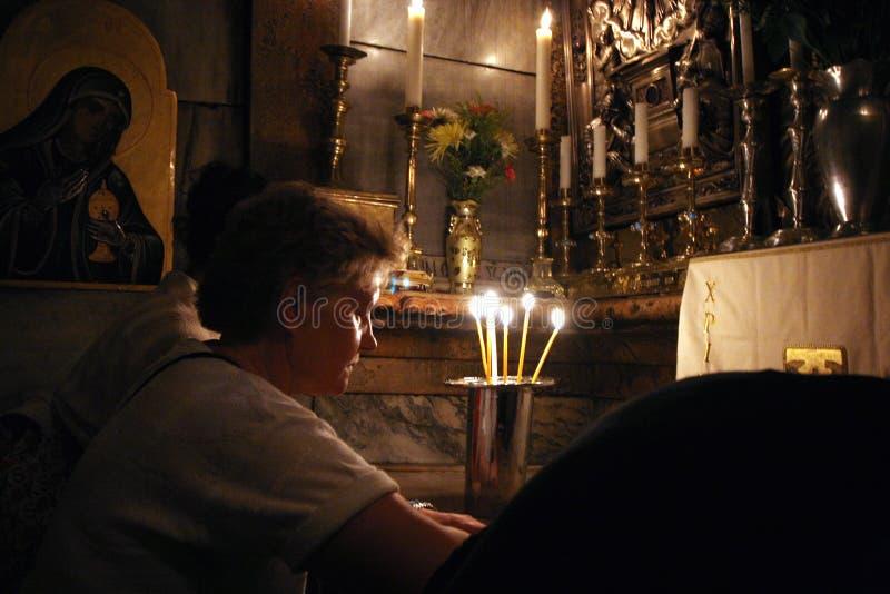Pilgrims ber på gravvalvet av Jesus i kyrkan av den heliga griften, Jerusalem royaltyfri bild