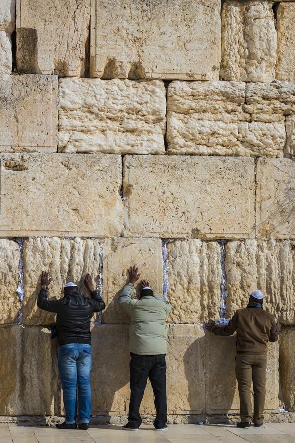 Pilgrims ber på väggen av gråta av det heliga stället av det judiska folket och mitten av dyrkan av kristen runt om arkivbilder