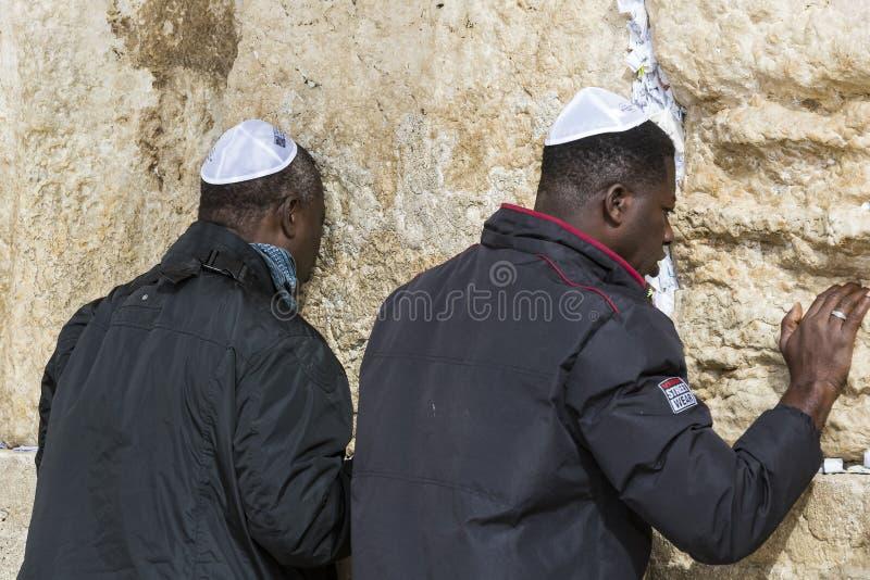 Pilgrims ber p? v?ggen av gr?ta av det heliga st?llet av det judiska folket och mitten av dyrkan av kristen runt om royaltyfri foto