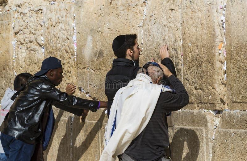 Pilgrims ber p? v?ggen av gr?ta av det heliga st?llet av det judiska folket och mitten av dyrkan av kristen runt om arkivbilder