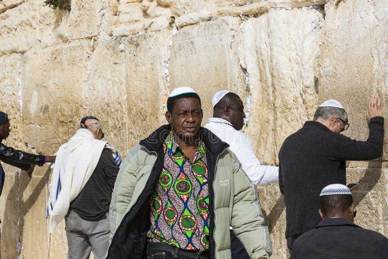 Pilgrims ber p? v?ggen av gr?ta av det heliga st?llet av det judiska folket och mitten av dyrkan av kristen runt om royaltyfria foton