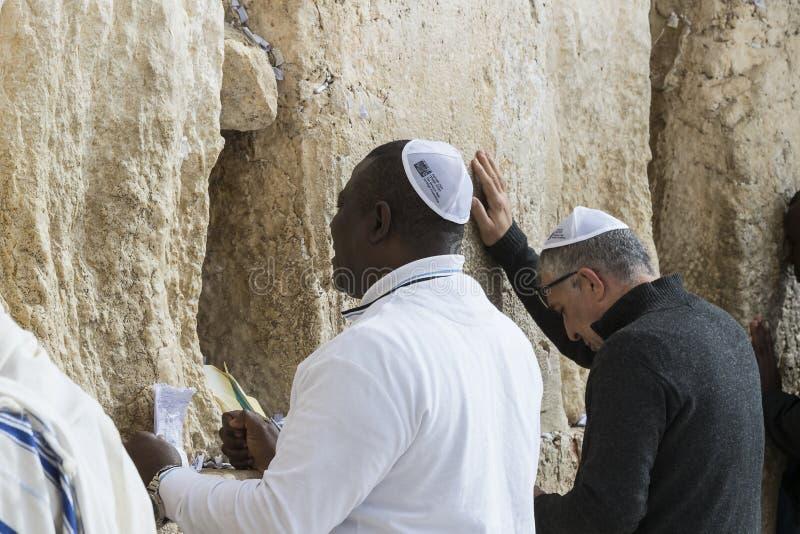 Pilgrims ber p? v?ggen av gr?ta av det heliga st?llet av det judiska folket och mitten av dyrkan av kristen runt om royaltyfri bild