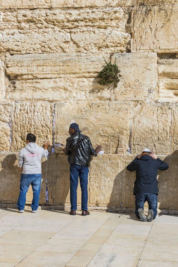 Pilgrims ber p? v?ggen av gr?ta av det heliga st?llet av det judiska folket och mitten av dyrkan av kristen runt om royaltyfri fotografi