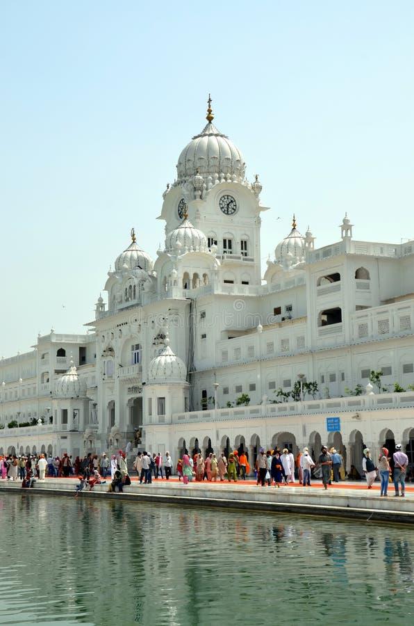 Pilgrims går till den guld- templet royaltyfri bild
