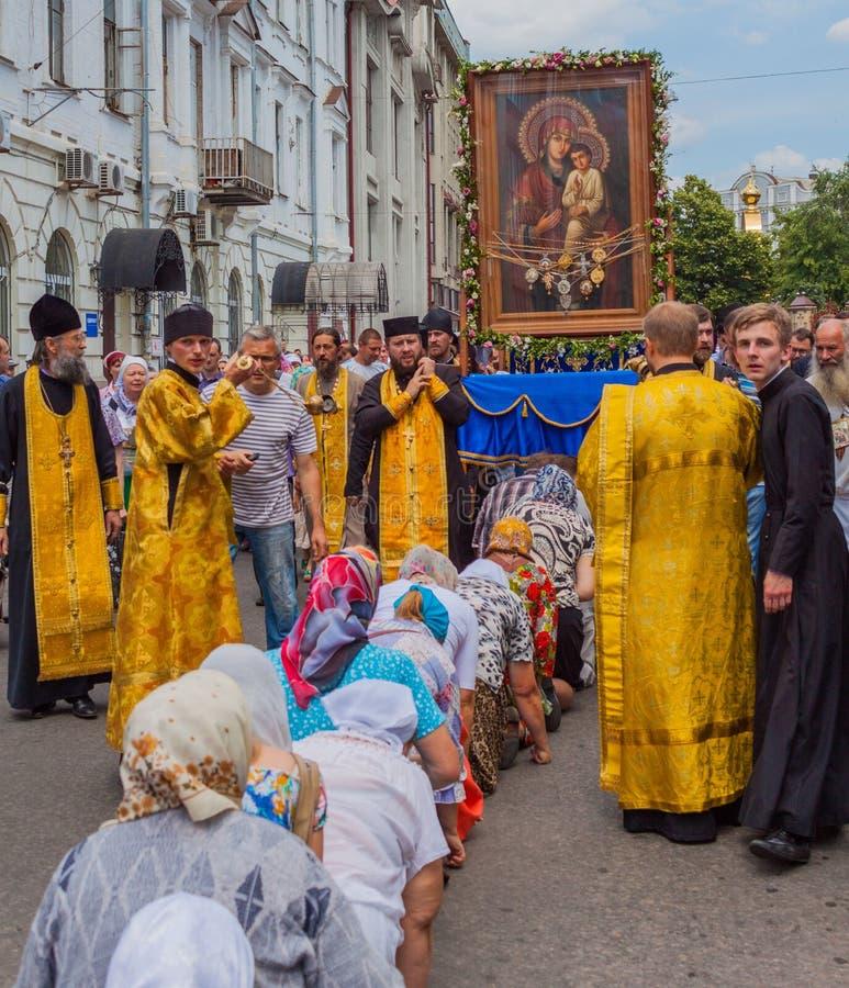 Pilgrims knäfaller framme av den mirakulösa symbolen ukraine Kharkiv Juli 10, 2016 royaltyfria bilder