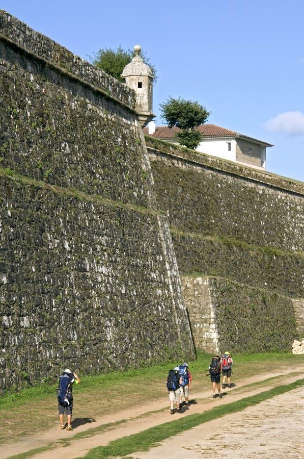 Pilgrims promenerar jätten som är forntida, stadsväggen, Valenca fotografering för bildbyråer