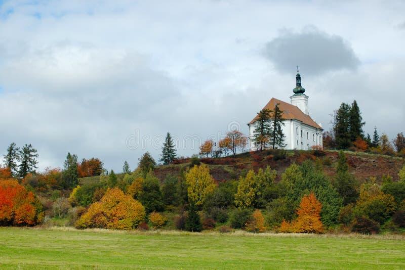 Pilgrimsfärdkyrkan på kullen av Uhlirsky vrch nära Bruntal royaltyfri foto