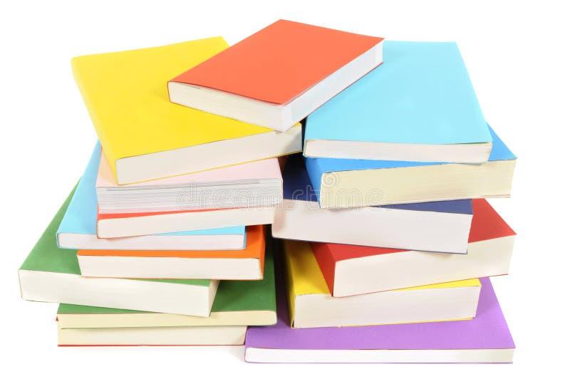 Pilha bagunçado de livros de bolso coloridos fotografia de stock