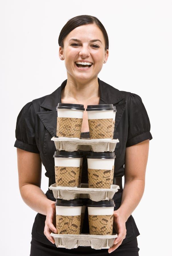 Pilha carreg da mulher de negócios de copos de café imagem de stock royalty free