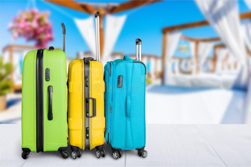 Pilha colorida das malas de viagem no fundo da natureza imagens de stock