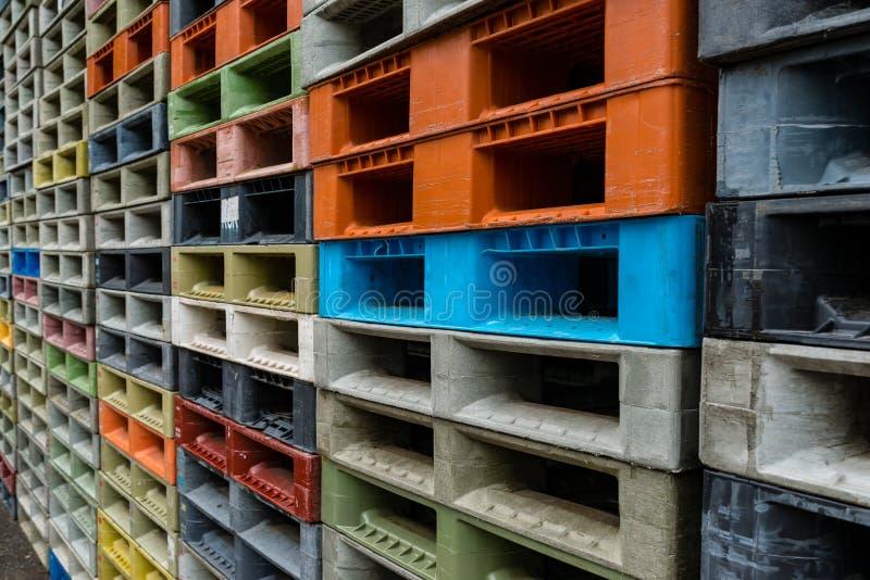 Pilha colorida das páletes dos recipientes plásticos fotos de stock