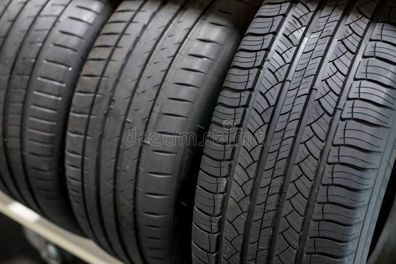 Pilha compacta nova dos pneus dos veículos Pneus do inverno e da temporada de verão Pneus de carro isolados Repare a garagem subs foto de stock royalty free