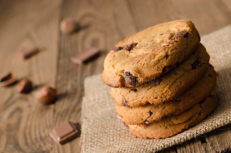 Pilha, cookies, chocolate, avelã, fundo fotos de stock royalty free