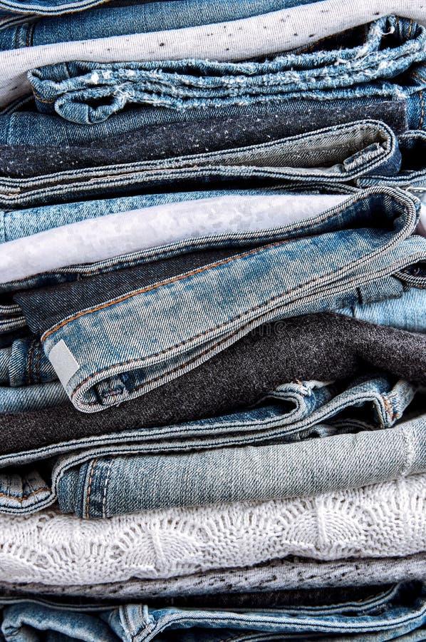 Pilha da calças de ganga, das camisetas e das camisas imagens de stock