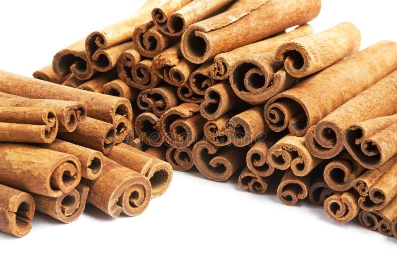 Pilha da canela nas varas isoladas no branco fotos de stock royalty free
