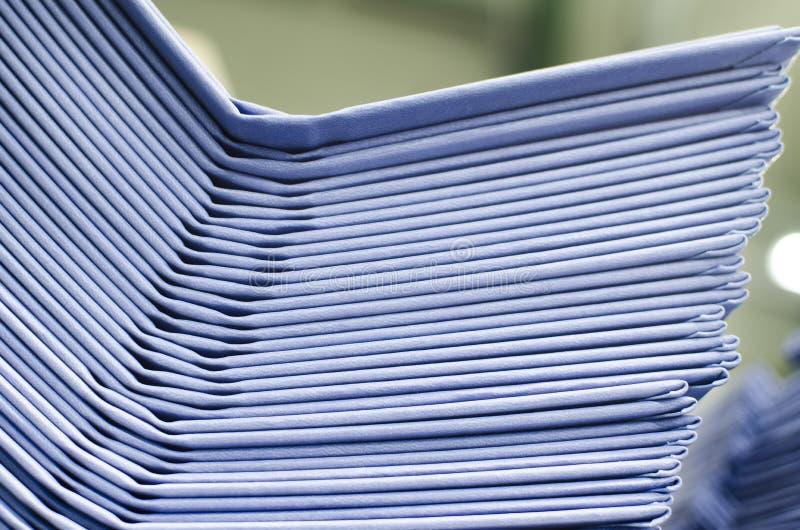 Pilha da capa dura do livro na planta de impressão deslocada pronta para ligar imagens de stock