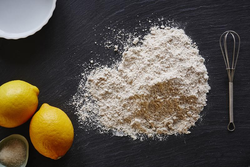 Pilha da cozinha do foodist da torta do limão do cozimento da farinha no worktop escuro imagem de stock royalty free