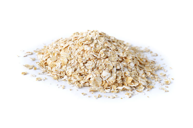 Pilha da farinha de aveia imediata no branco imagens de stock royalty free
