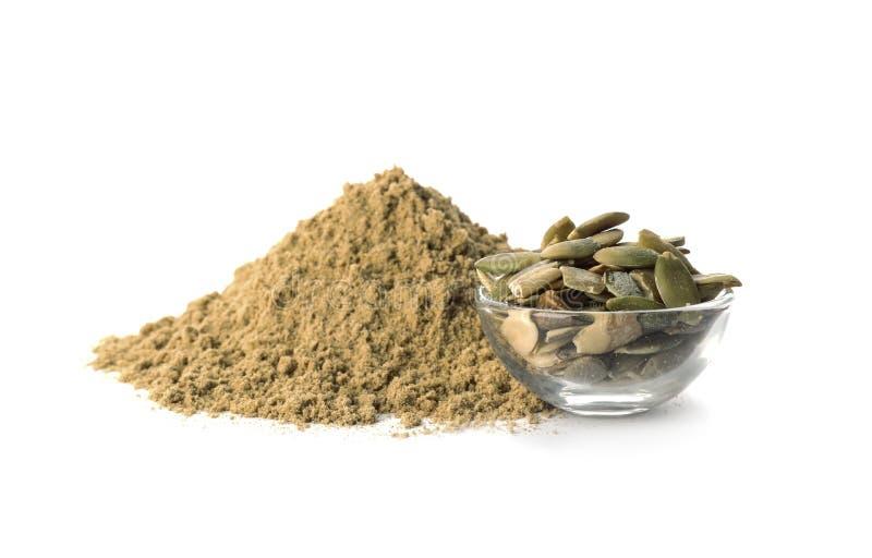 Pilha da farinha e da bacia frescas com sementes de abóbora imagem de stock royalty free