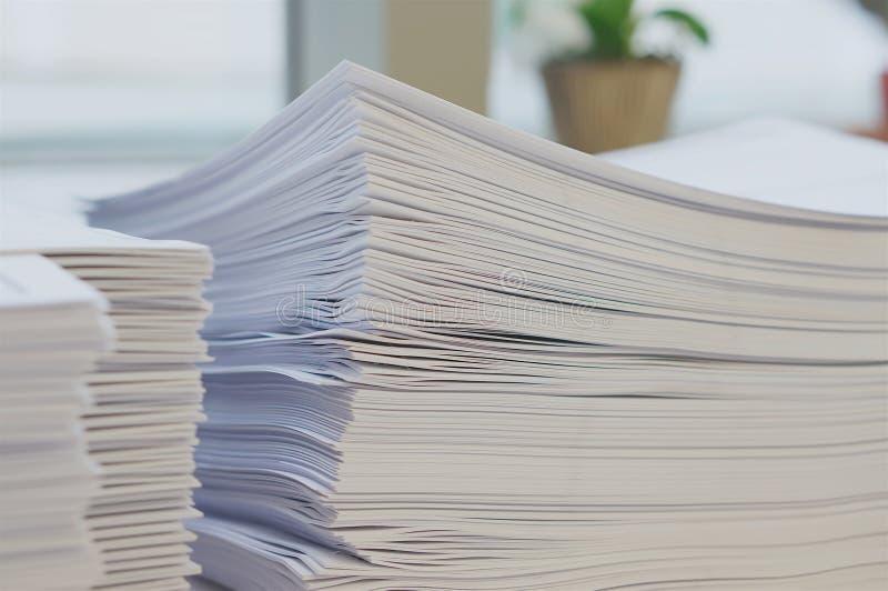 Pilha da folha dos Livros Brancos perto da janela imagens de stock