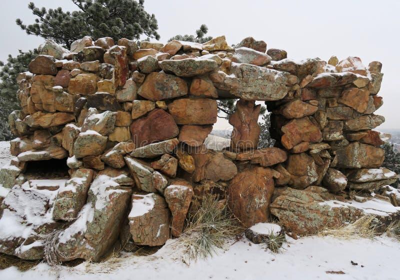 Pilha da fortaleza das pedras nas montanhas foto de stock royalty free