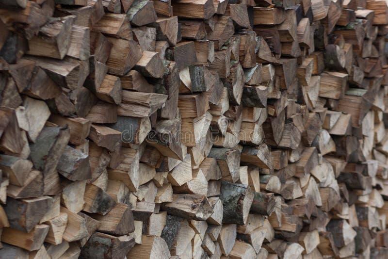 A pilha da madeira de combustível da lenha enche o quadro inteiro imagens de stock royalty free