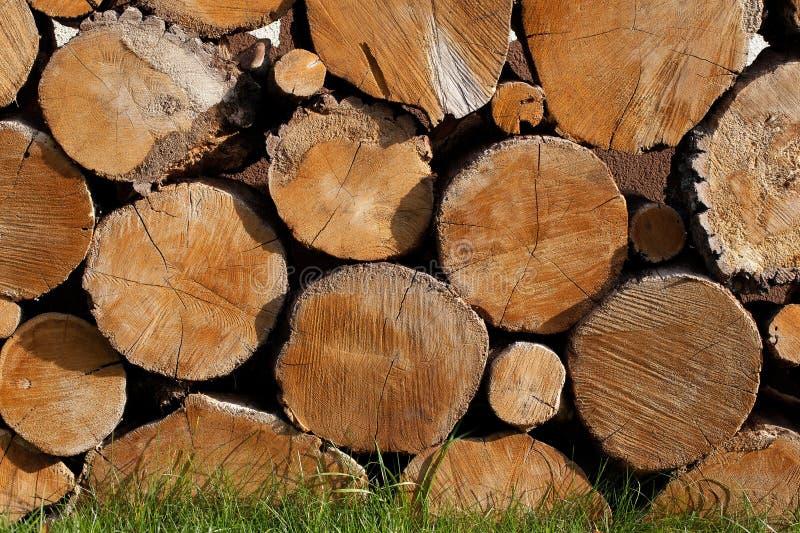Pilha da madeira desbastada do fogo preparada fotos de stock royalty free