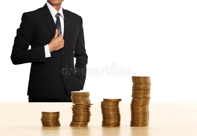 Pilha da moeda do dinheiro com homem de negócio imagem de stock royalty free