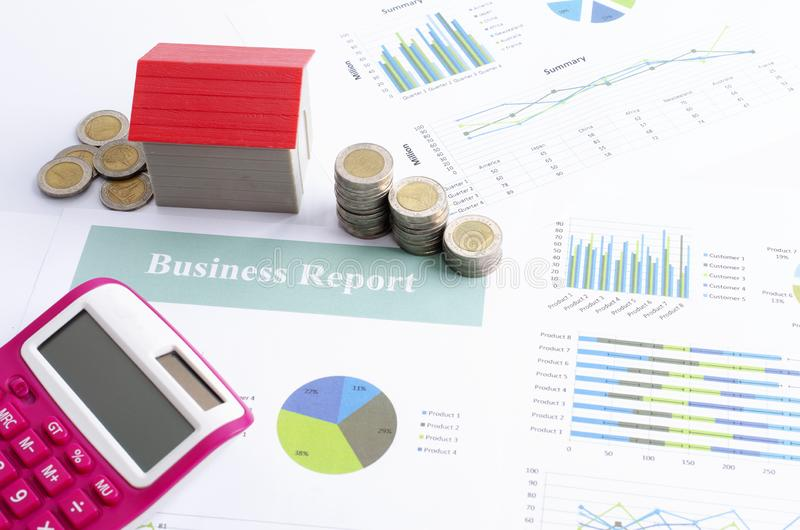 Pilha da moeda do dinheiro e calculadora vermelha do casa e a cor-de-rosa para o conceito da finança do negócio imagens de stock