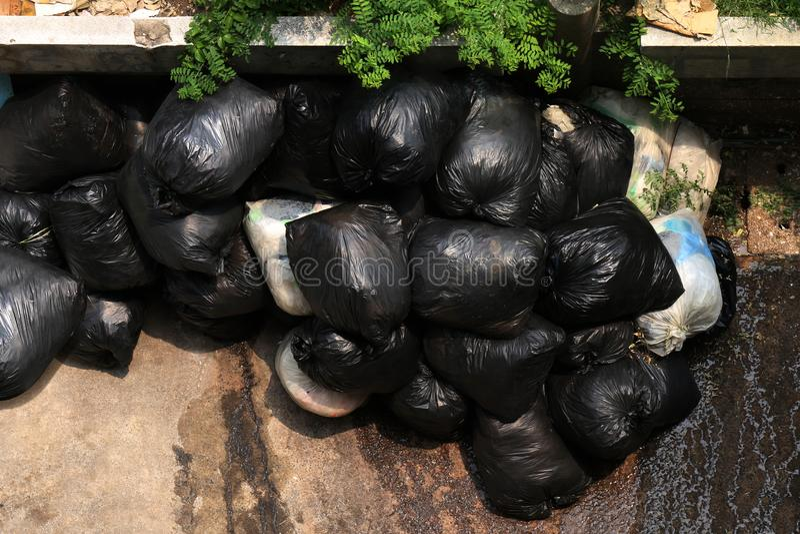 A pilha da opinião superior do preto do escaninho de lixo, muitos sacos de lixo pretos, plástico Waste muitos, sacos do escaninho foto de stock