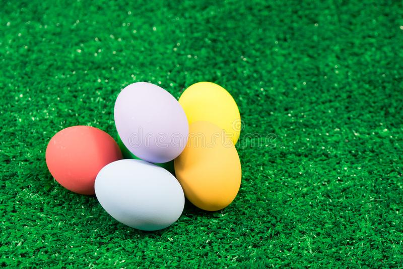Pilha da Páscoa dos ovos na grama verde fotografia de stock