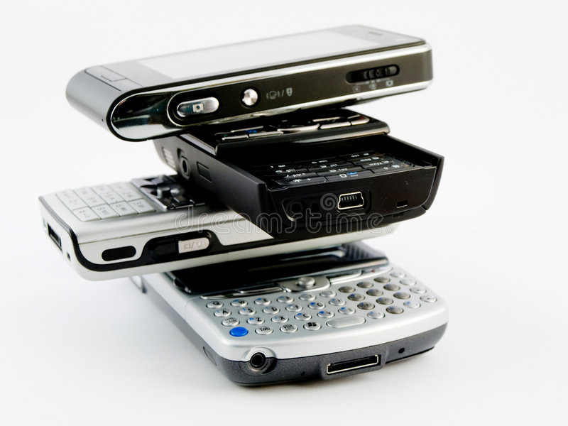 Pilha da pilha de diversos telefones móveis modernos PDA imagem de stock royalty free