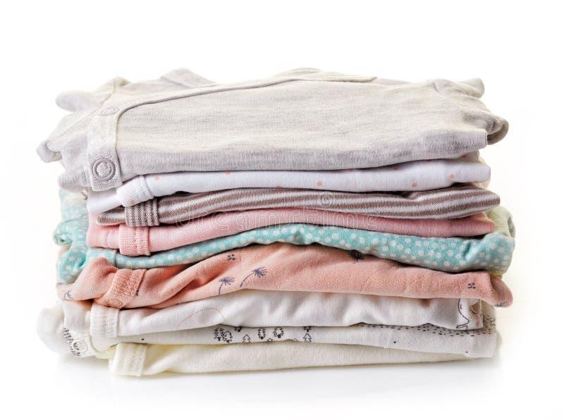 Pilha da roupa do bebê isolada no branco foto de stock royalty free