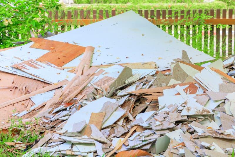 A pilha da telha do lixo na casa da construção renova o local imagens de stock royalty free