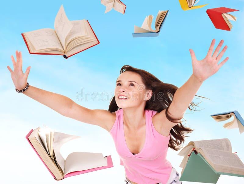 Pilha da terra arrendada da menina do estudante dos livros. imagens de stock