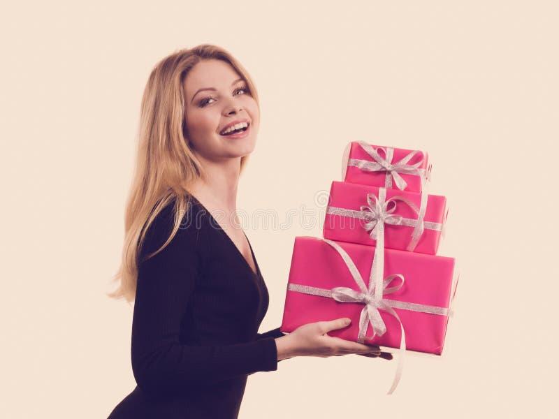 Pilha da terra arrendada da menina de caixas de presente cor-de-rosa imagens de stock royalty free