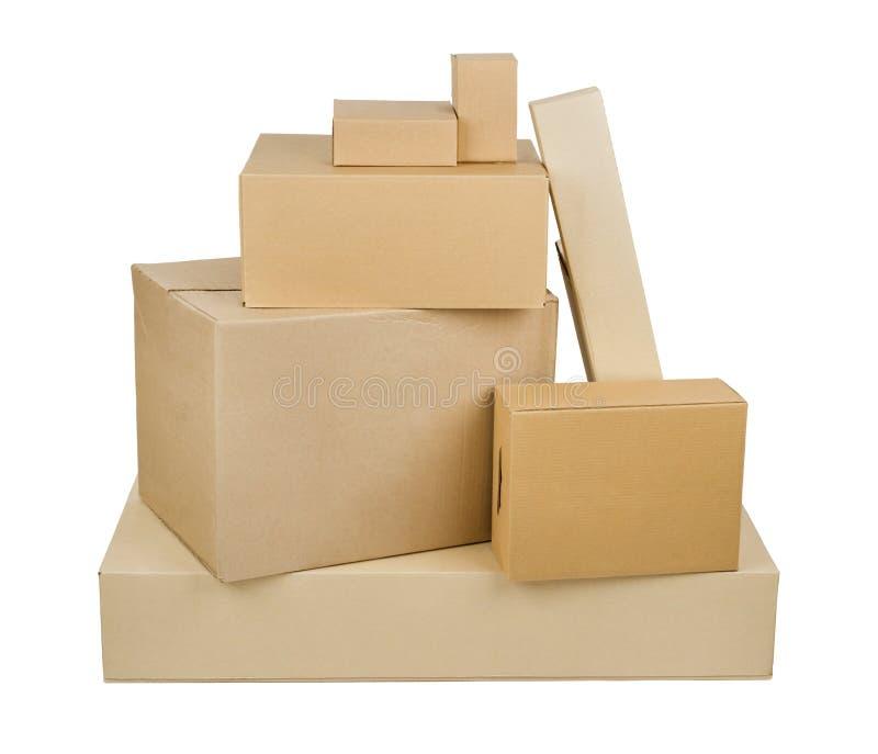 Pilha das caixas de cartão diferentes do tamanho isoladas no fundo branco foto de stock royalty free