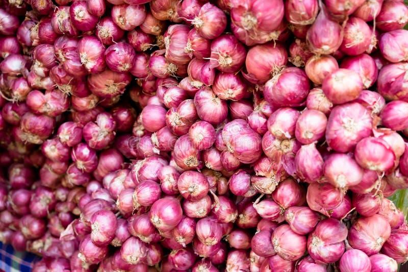 A pilha das cebolas, chalota é ingrediente imagens de stock